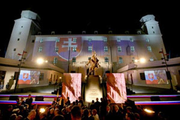 Kontroverznú sochu odhalila minulá vláda za tónov pompéznej orchestrálnej hudby a horiacich ohňov.