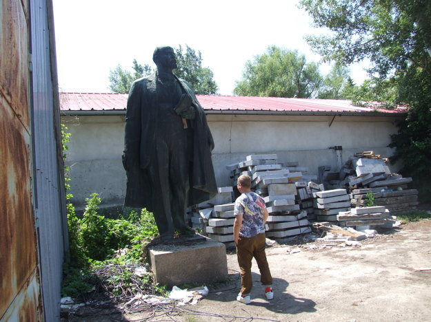 Lenin stojí naďalej v areáli zrušených Mestských služieb.