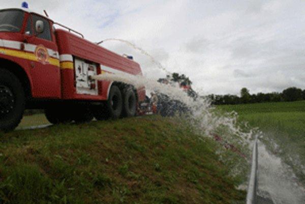 Vodu zo suchého poldra prečerpávali hasiči.