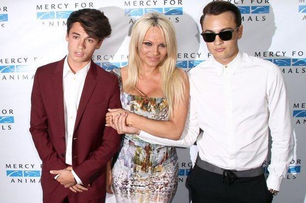 Pamela Anderson, Dylan Jagger a Brandon. Ich otcom je bubeník Tommy Lee. Herečka, modelka, no hlavne sexsymbol uplynulých desaťročí oslávi čoskoro 50. narodeniny.