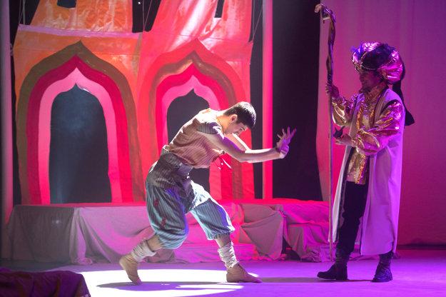 Inscenácia muzikálu Aladin ačarovná lampa.