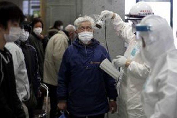 V oblasti japonskej elektrárne vo Fukišime ľuďom pravidelne kontrolujú žiarenie.