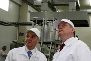 Ján Lunter ( vľavo) spolu s prezidentom Andrejom Kiskom pri prehliadke výroby racionálnych výrobkov v Banskej Bystrici.