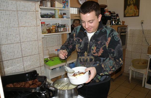 Jakub je v charite dobrovoľníkom, bezdomovcom napríklad vydáva stravu.