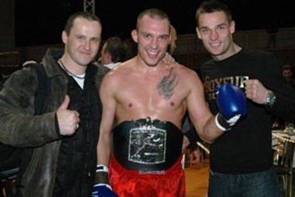 Po opasku profesionálneho majstra Európy získal Idranyi aj opasok svetového šampióna.