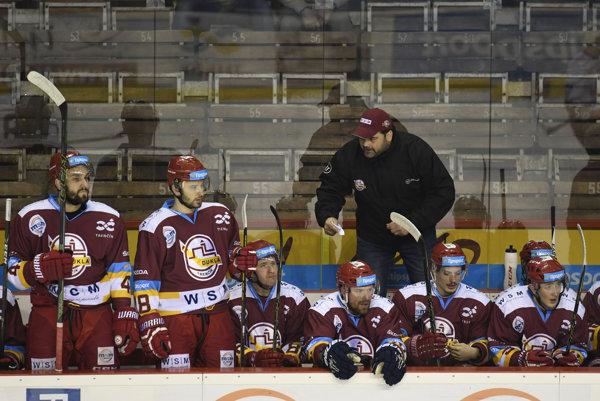 Hokejistov Dukly Trenčín viedol ako hlavný tréner generálny manažér Ján Kobezda.