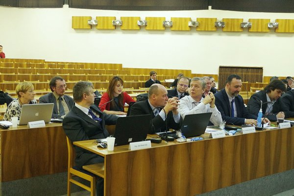 Pozmeňovacie návrhy predložila poslankyňa Monika Bandúrová (zadný rad v strede).
