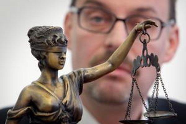"""S vlastnou verziou prišiel generálny prokurátor Dobroslav Trnka. """"Vyšetrovateľka bola pripravená tú kauzu odmietnuť, pretože dôkazy a výsluchy, ktoré boli realizované za prítomnosti špeciálneho prokurátora, svedčia o tom, že je to blud."""""""