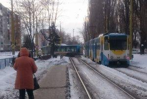 Problém na Jazere. Na Važeckej ulici skrížilo autobus priamo na električkovej trati.
