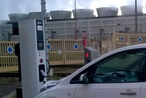 Pri elektrárni sa dajú elektromobily nabíjať na novej rýchlonabíjacej stanici.