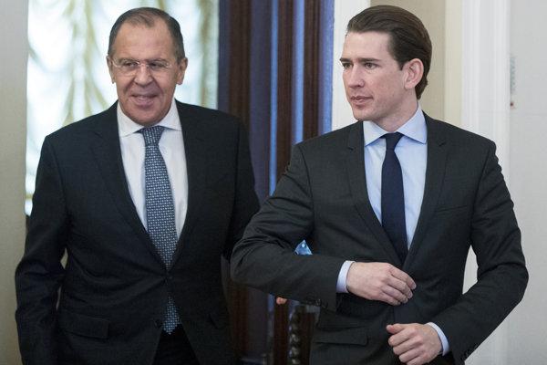 Ruský minister zahraničných vecí Sergej Lavrov (vľavo) so svojim rakúskym náprotivkom Sebastianom Kurzom.