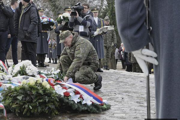 Jediný, ktorý prežil -  Martin Farkaš (uprostred) kladie veniec pri pomníku obetiam v maďarskej obci Hejce.