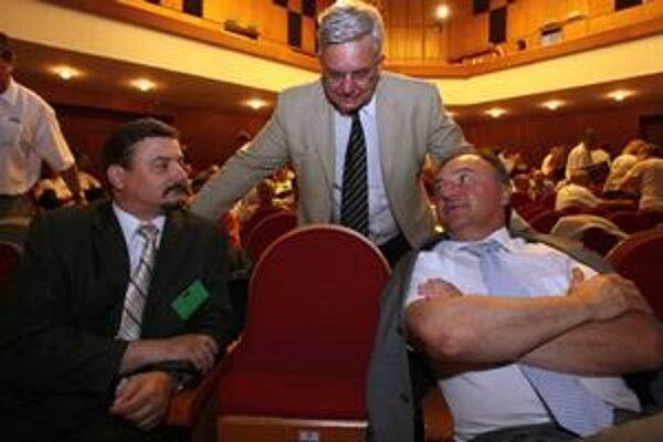 Kto iný, ak nie ja. Šéf SMK József Berényi (vľavo) požiada o maďarské občianstvo. Ak ho získa, na Slovensku by sa podľa platného zákona mal ísť udať a prišiel by o naše občianstvo. Na snímke s kolegami Miklósom Durayom a Pálom Csákym.