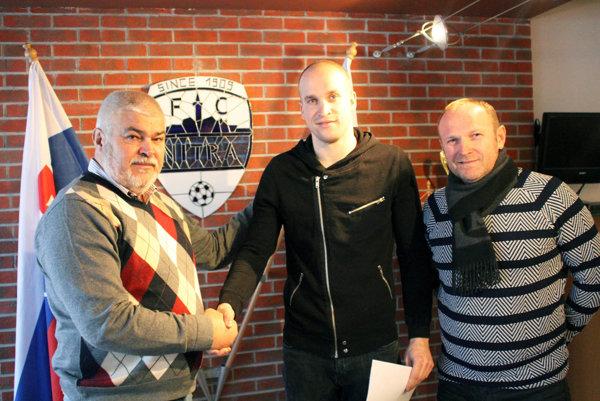 Zľava predseda predstavenstva FC Nitra Marián Valenta, Lukáš Hroššo a hráčov a manažér Milan Lednický. Zmluvu podpísali dnes.