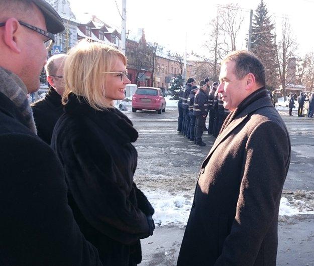 Po kladení vencov. Námestníčka primátora Renáta Lenártová krátko po pietnom akte položenia vencov k pamätníku v rozhovore s prvým tajomníkom ruskej ambasády Nikolajom Ryžovom.