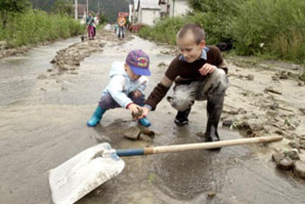 Prudký a výdatný dážď v severnej časti okresu Stará Ľubovňa v okolí Mníšku nad Popradom 23. júla 2001 čiastočne obmedzil prístup na hraničný priechod s Poľskom a úplne zahatal cestu do osád Kače a Medzibrod.