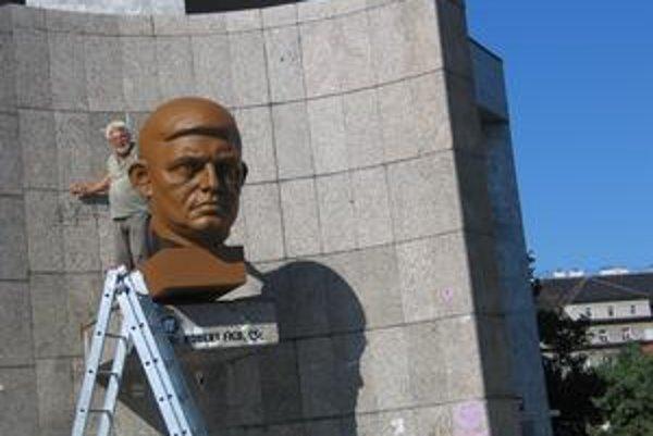 S bustou Roberta Fica pred bratislavským Istropolisom si najskôr v nedeľu zriadenci fondu, ktorý spravuje odborársky majetok, nevedeli rady.