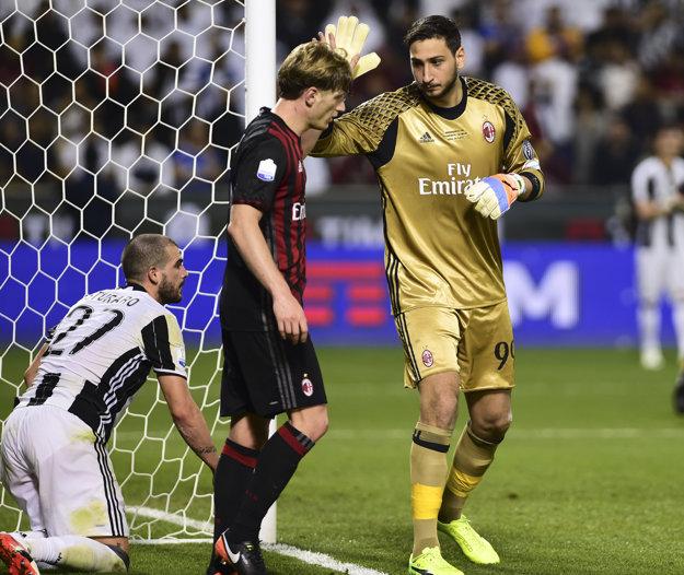 Brankár AC Miláno Gianluigi Donnarumma (vpravo) a obranca Ignazio Abate.