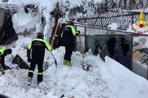 Záchranárske práce pokračujú aj v piatok.