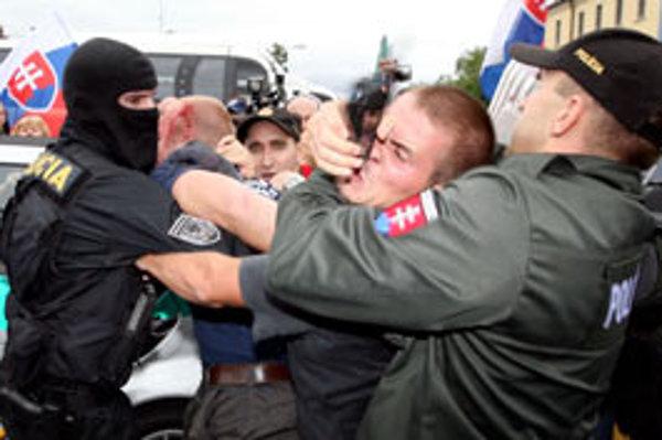 Zásah polície počas pochodu extrémistov k soche Svätopluka.