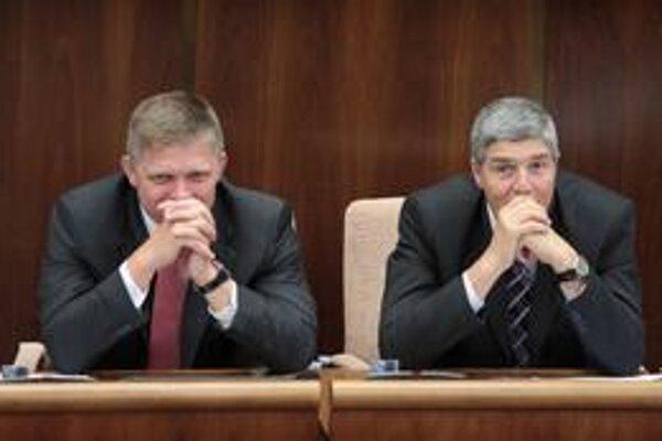 Smer Roberta Fica (vľavo) chce, aby sudcom imunita zostala.