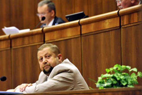 Predseda Najvyššieho súdu SR Štefan Harabin čaká v rokovacej sále NR SR na hlasovanie poslancov o procedurálnom návrhu, ktorého schválenie by mu umožnilo vystúpiť pred plénom parlamentu.