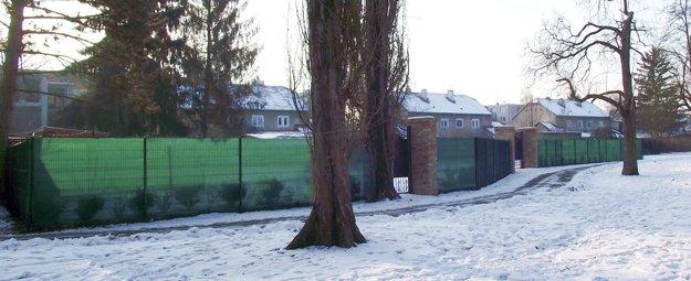 Pred niekoľkými mesiacmi bol trávnik, ktorý je dnes za plotom, verejne prístupný.