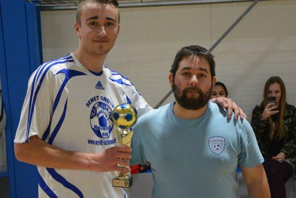 Víťazný pohár zostal v Šimonovanoch. Zľava: Roman Dzian (kapitán Šimonovian) a tréner Šimonovian Štefan Bilas.