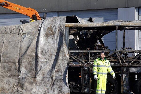 Trosky zhoreného autobusu po tragickej nehode neďaleko Verony.