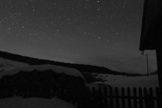 Malé Borové. Žiadny vizuálny smog, v noci tu nesvietia ani pouličné lampy.
