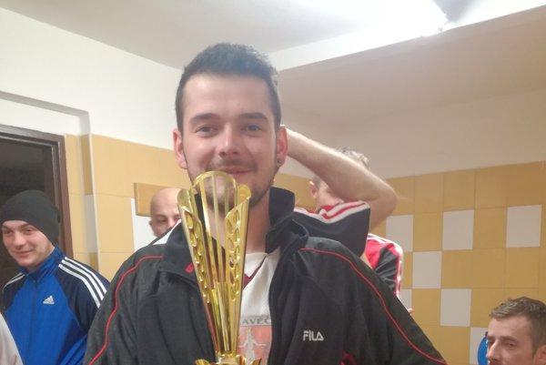 Cenná trofej. Vybojovali ju hráči Ganadoru.
