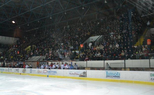 Hokej je vmetropole Zemplína veľmi obľúbený, na zimný štadión chodí veľa ľudí.