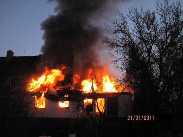 Príčinu požiaru stále vyšetrujú.