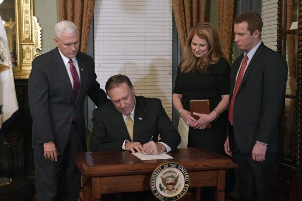 Pompeo podpisuje čestné vyhlásenie k vymenovaniu v pracovni viceprezidenta.