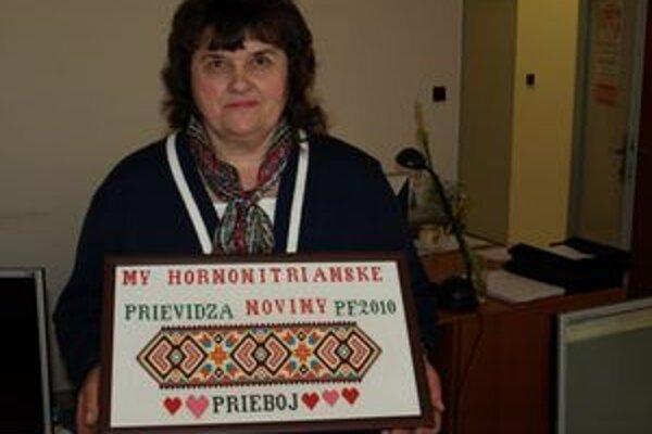 Valéria Cibulková priazeň Hornonitrianskym novinám vyjadrila výšivkou.