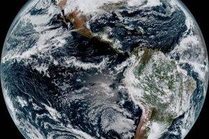 Zložený obraz celej Zeme vznikol 15. januára 2016. Ukazuje Severnú a Južnú Ameriku a okolité oceány. GOES-16 pozoruje Zem z rovníkového pohľadu skoro 36-tisíc kilometrov nad povrchom.
