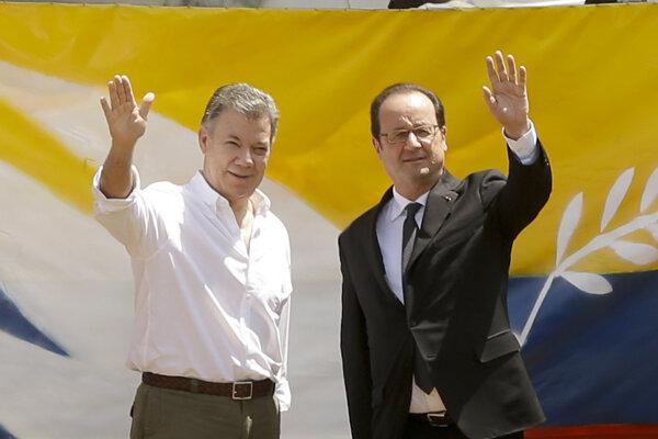 Francúzsky prezident Francois Hollande (vpravo) a kolumbijský prezident Juan Manuel Santos mávajú počas návštevy na v odľahlom tábore pod správou OSN.
