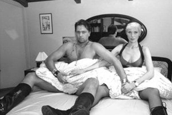 V nepodarenej erotickej komédii, ktorú odvysielala STV, si zahrali aj Jiří Pomeje a Kateřina Kornová.