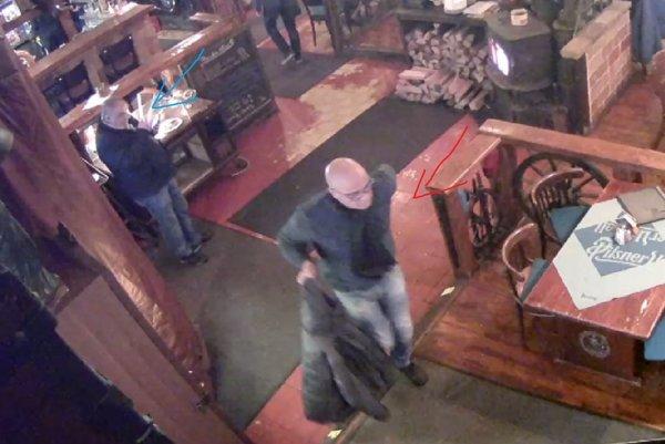 Podozriví z krádeže v reštaurácii na Zálužickej ulici v Bratislave.