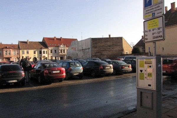 Parkovisko na Dolnopotočnej ulici za obchodným domom Jednota. O parkovacom dome sa uvažovalo kedysi aj tu.