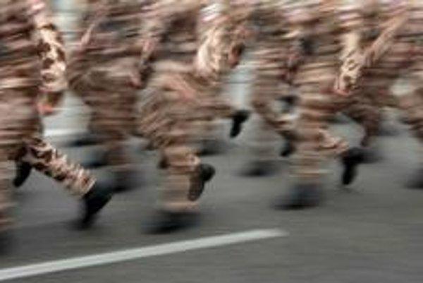 Vojaci majú mašírovať v tmavosivých a bordových ponožkách.⋌