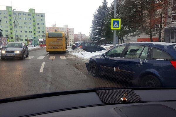 Auto odstavené pri výjazde zo zastávky MHD poškodil autobus.
