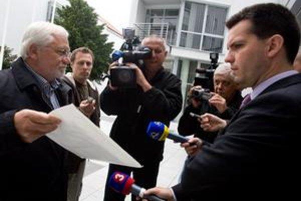 Bohumil Hanzel pred švédskou ambasádou.