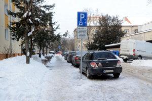 Czambelova ulica. Jej obyvateľ sa sťažuje, že EEI nevybudovala sľúbené nové parkovacie miesta.