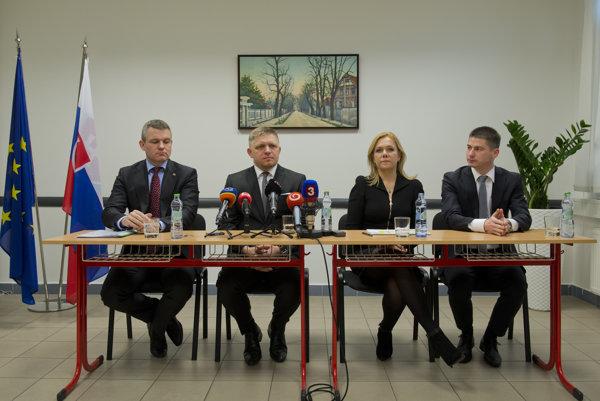 Zľava Peter Pellegrini, Robert Fico, Denisa Saková a Juraj Říha počas tlačovej konferencie.