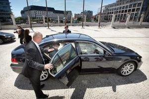 BMW je tradičnou značkou slovenských ministrov už od pádu komunizmu. Okrem neho jazdia na Audi. Referendum to teoreticky môže zmeniť.