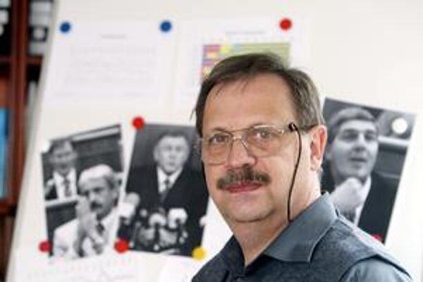 Pavel Haulík (1951) absolvoval roku 1975 štúdium sociológie na Filozofickej fakulte UK v Bratislave. V rokoch 1975 - 1995 pôsobil v Metodicko-výskumnom kabinete Československého a neskôr  Slovenského rozhlasu v Bratislave. Od roku 1996 je riaditeľom agent