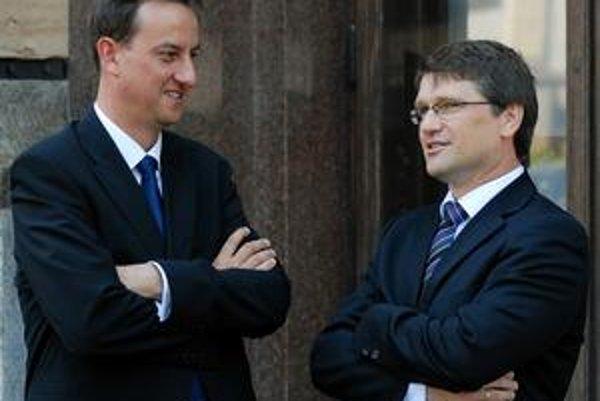 Marek Maďarič (vpravo) sa ochotníkom vyhrážal, že ich ministerstvo potrestá aj po jeho odchode.