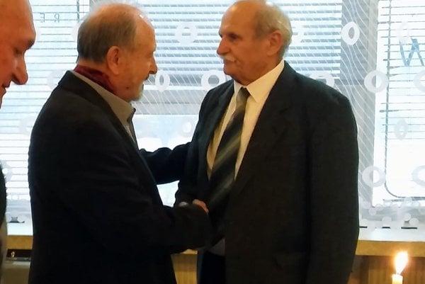 Medzi gratulantmi bol aj Ján Dinga (vľavo).