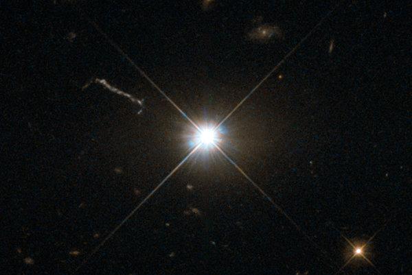 Kvazar - vysokoenergetické a žiarivé jadro galaxie.
